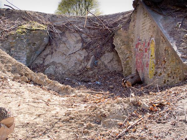 Zawalone przejście pod nasypem (fot. własna)