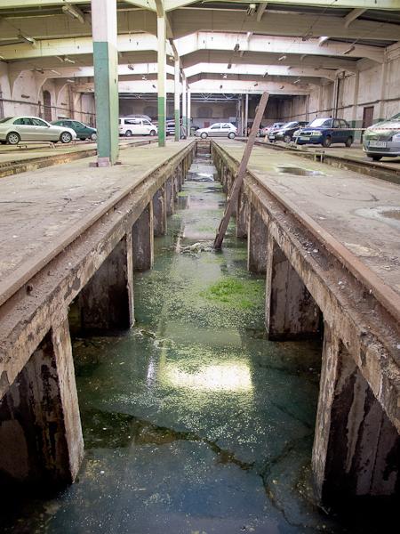 W zajezdni - kanał wypełniony wodą (fot. własna)