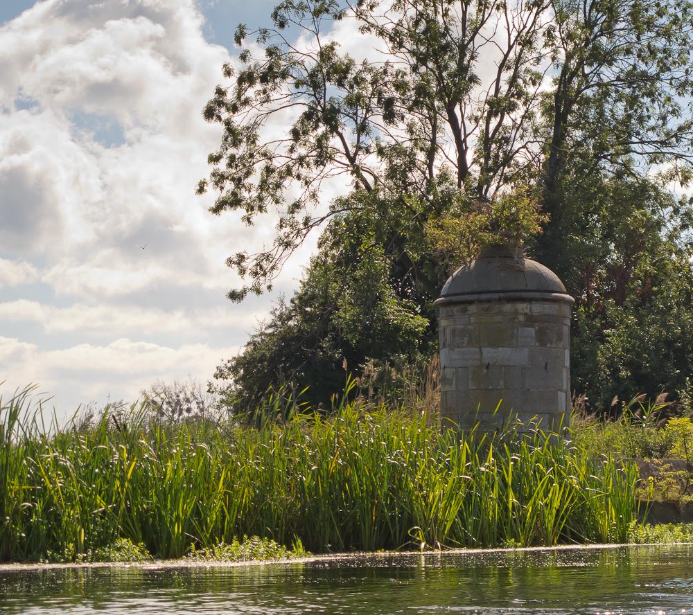 Kamienna wieżyczka i fragment grobli (fot. własna)