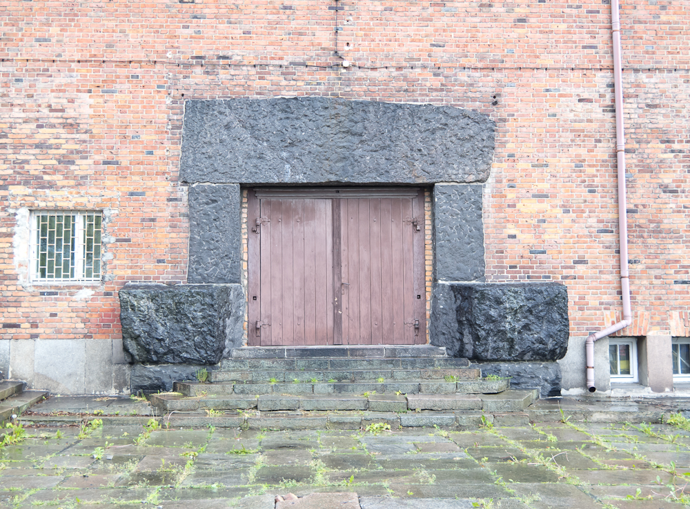Dawne główne wejście do schroniska