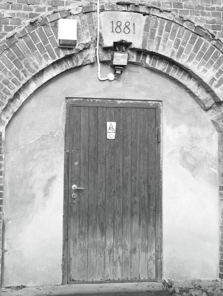 Z budynkiem schroniska sąsiadują bastiony Zespołu Szańca Biskupiej Górki