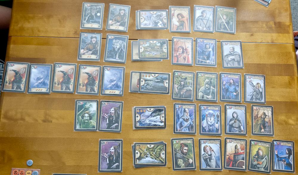 Przykładowe rozłożenie kart - pięć krain a po obu stronach wojownicy i potwory.